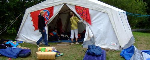 Zelt aufräumen im Falken-KidsCamp 2007